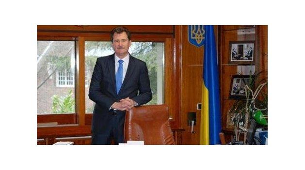 Не встал: Посол Украины в Испании проигнорировал гимн своей страны