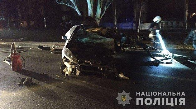 В Николаеве машина с военными влетела в дерево