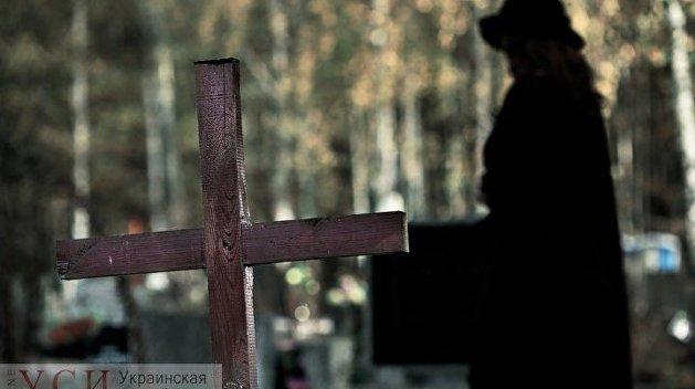 Кладбищенская история: В Одессе рецидивист разжился среди могил девичьей шубкой