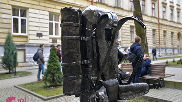 Львов стал первым в мире городом, где установлен памятник рюкзаку