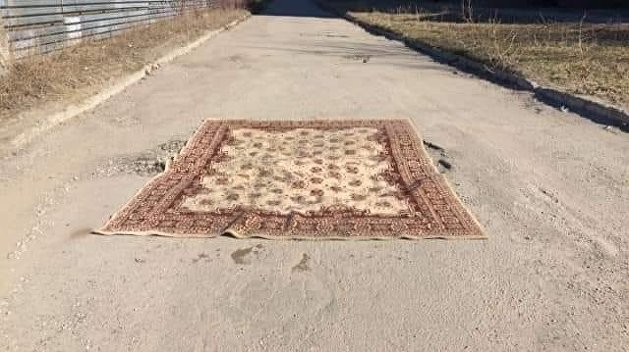 «Чтобы глубже провалился»: К приезду Порошенко в Запорожье дорожную яму накрыли ковром