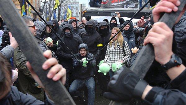 Атака свиньями, суд над Вышинским, бюллетень-гигант. Неделя на Украине в фотографиях