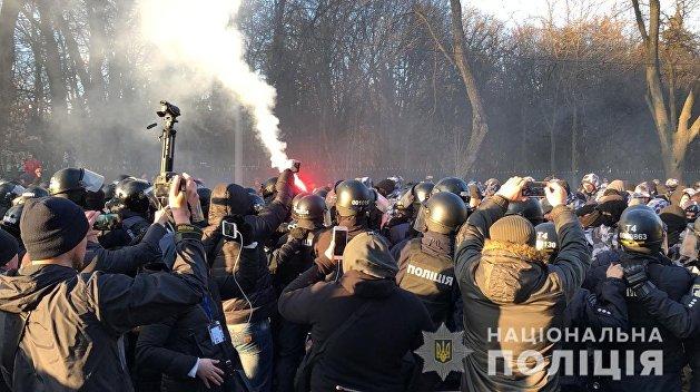 Дело Гандзюк: В Херсоне радикалы забросали петардами дом Мангера