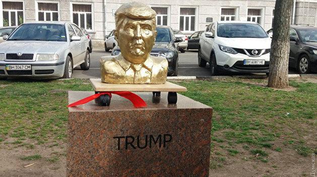 Символ переговоров: В Одессе открыли памятники Трампу и Ким Чен Ыну