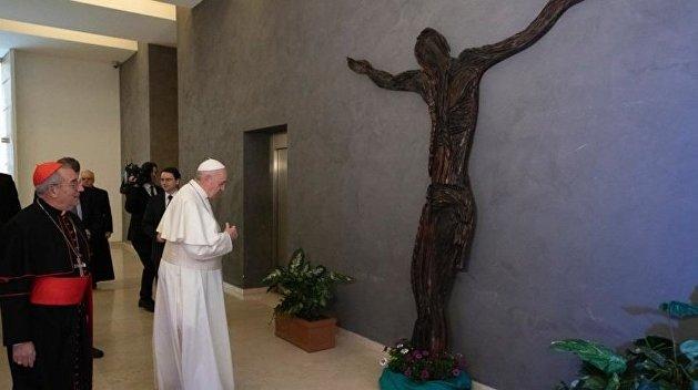Папе Римскому подарили распятого Христа за помощь украинцам
