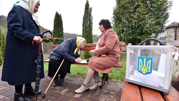 Веселые яйца и Зеленский, отмороженный разведчик, Порошенко под взглядом жены. Украинская неделя в фотографиях
