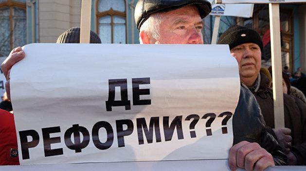 Опрос: Реформы Порошенко не вызывают доверия у более чем 70% украинцев