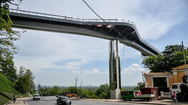В Киеве усилили наблюдение за мостом, где ранее треснул стеклянный пол