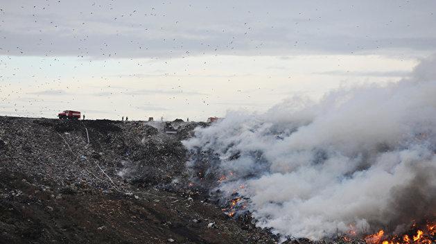 Пожарные тушат огонь на свалке под Ровно