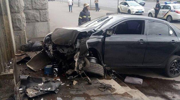 В Харькове машина протаранила здание горсовета