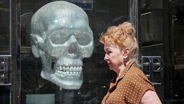 Сияющий череп, гроб с покрышкой и лютая нежность на марше. Украинская неделя в фотографиях