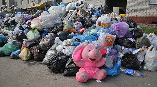 Львовяне блокируют улицы мусором