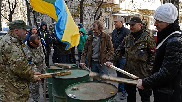 Сотня «атошников» взяла в осаду правительственное здание в Запорожье