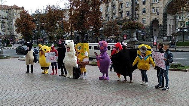 «Зоопарк Кличко»: к зданию КГГА пришли Пикачу и Губка Боб