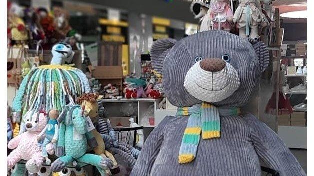 В Мариуполе из магазина похитили медведя ростом с человека, он сменил несколько хозяев и вернулся в ТЦ