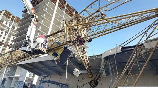 Строительный кран «прилег» на склады торгового центра во Львове