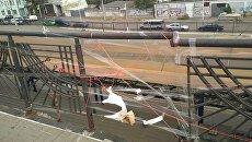 В Киеве мост залатали скотчем и нитками
