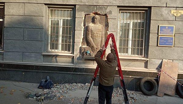 Как в Одессе приезжие националисты снесли памятник маршалу Жукову