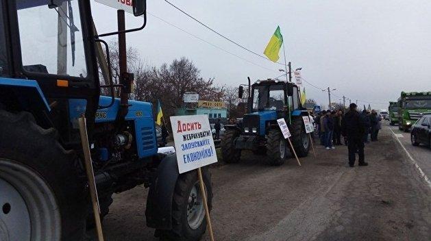 Бастующие против открытия рынка земли аграрии вывезли тракторы на трассу под Мелитополем