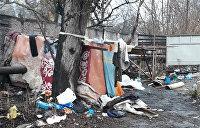 В Одессе маленькая девочка выживала в шалаше из тряпок на свалке