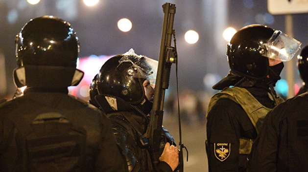 ОМОН начал разгон противников Лукашенко в Бресте