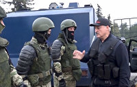 Лукашенко с автоматом и народ с чужим флагом. Есть ли выход из белорусского тупика?