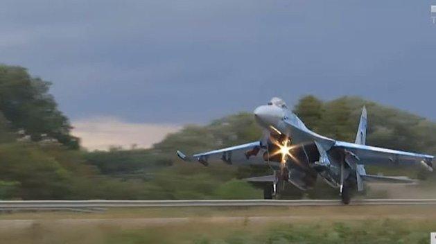 На Украине истребитель снес знак рекомендуемой скорости на автотрассе - видео