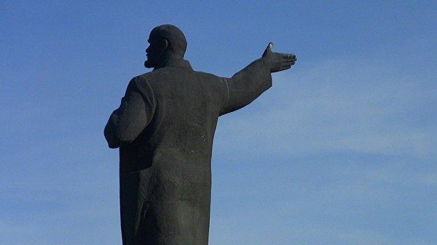 «Авось власть поменяется»: в школе Прикарпатья хранили запрещенный бюст Ленина
