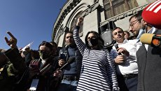 Протестующие в Ереване направились к зданию парламента
