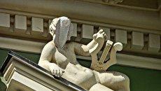 «Твое лицо, когда на тебе экономят»: в Одессе скульптуру «отреставрировали» бутылкой