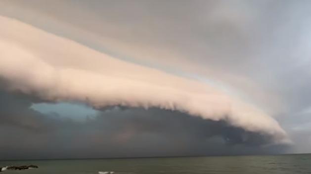 Над украинским курортом заметили «воздушное цунами» — видео