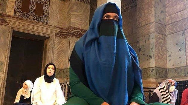 Надежда Савченко молится в турецкой мечети