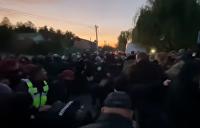 Возле дома Порошенко произошли столкновения, экс-президента обвиняли в связях с ДНР и ЛНР