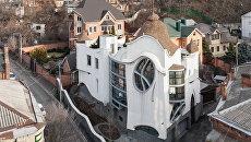Дом-соты, гигантское яйцо и сказочный замок: самые необычные здания Украины