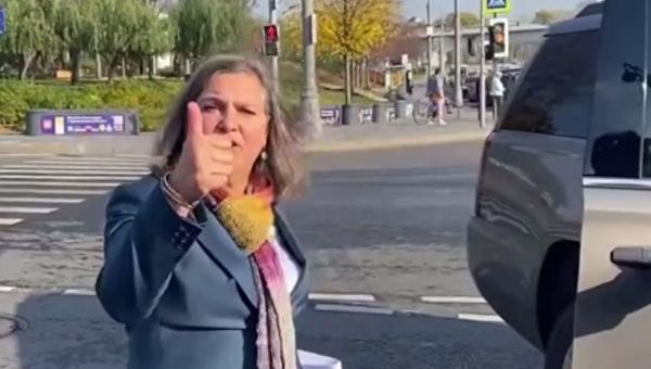 Нуланд показала палец российским журналистам - фото