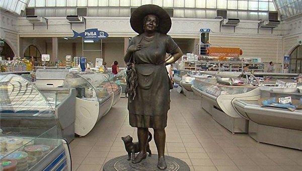 Тетя Соня, гигантский огурец и кот-воришка: необычные скульптуры Одессы
